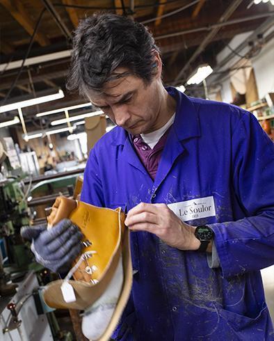 dominique monteur de chaussures à la main