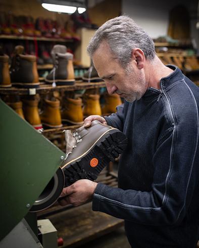 José chef d'Atelier de fabrication de chaussures en Béarn.